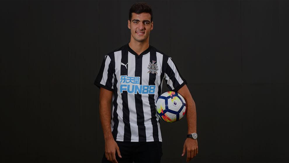 Mikel Merino posa con la camiseta del Newcastle United