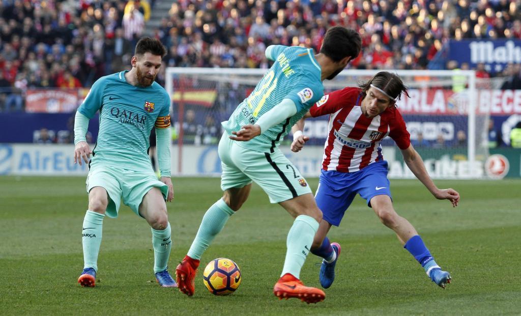 Messi (30), Filipe Luis (32) y André Gomes (24) en un partido entre...