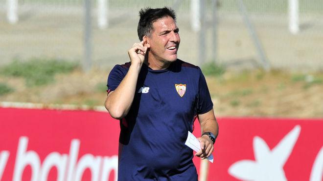 Eduardo Berizzo, en un entrenamiento con el Sevilla.