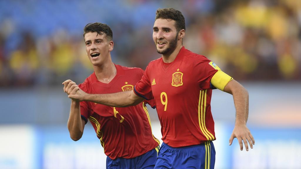 Abel Ruiz (17) celebra junto a Antonio Blanco (17) un gol de La Rojita