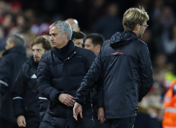 José Mourinho (54) saluda a Jurgen Klopp (50) durante un partido...