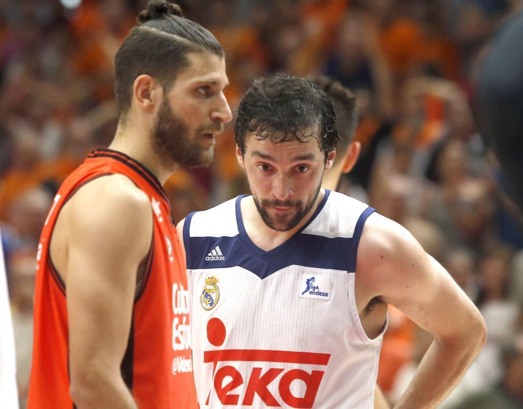 Sergio Llull (29), junto a Antoine Diot (28) en un partido entre el...