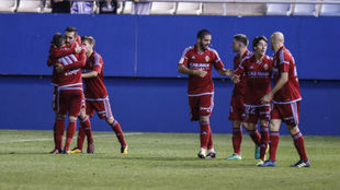 Javi Ros celebra con sus compañeros el primer gol ante el Lorca.