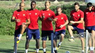 Varios jugadores del Sevilla, en el entrenamiento.