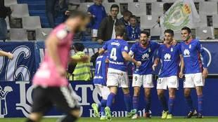 Los jugasdores del Oviedo celebran del gol de Saúl Berjón al...