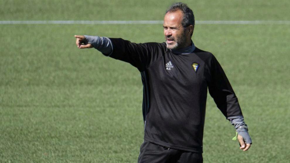 Álvaro Cervera da instrucciones durante un entrenamiento con el...