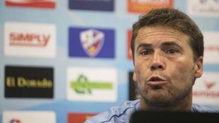 Rubi durante una rueda de prensa con el Huesca.