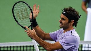 Federer aplaude con la raqueta