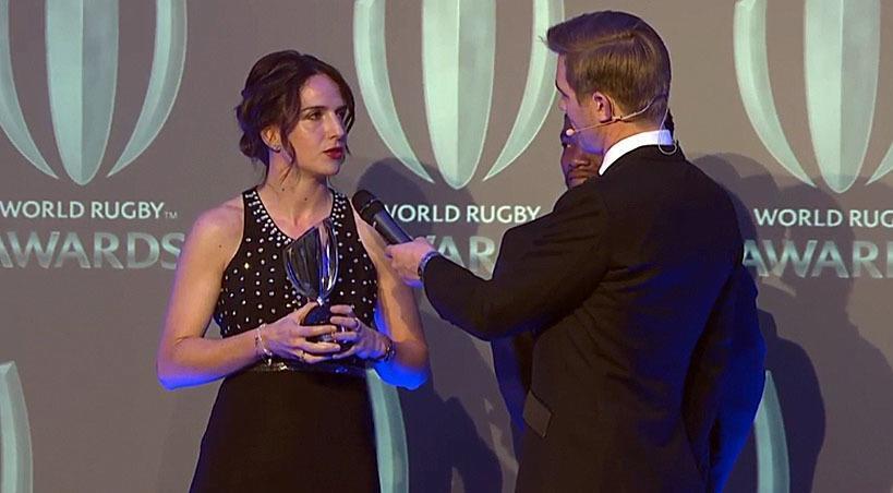 Alhambra Nievas recibiendo el galardón a mejor árbitro del mundo.