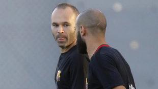 Andr�s Iniesta y Javier Mascherano, en el entrenamiento del viernes
