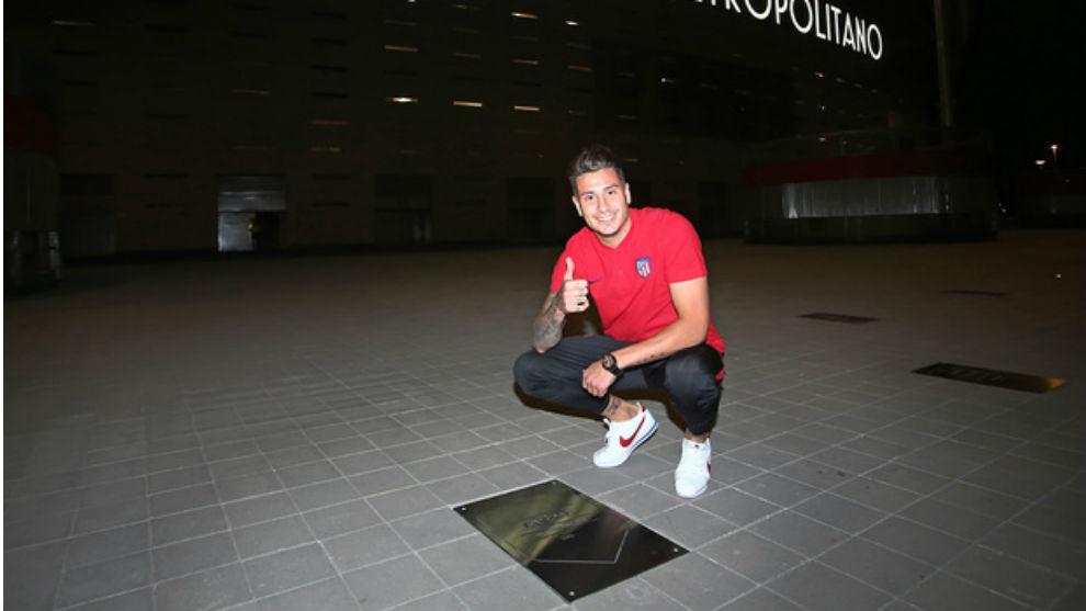 Giménez posa con su recién estrenada placa en el Paseo de Leyendas