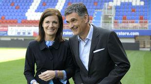 Mendilibar y Amaia Gorostiza, el día de la renovación del técnico.