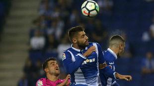 David López remata un balón en una acción del choque contra el...