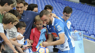 Sergi Darder firma autógrafos en el RCDE Stadium.