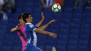 Gerard Moreno pugna por un balón en el partido contra el Levante.