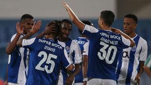 Los jugadores del Oporto celebran uno de los seis goles.