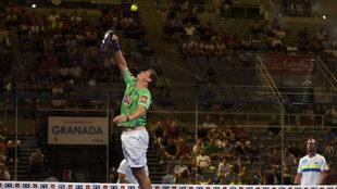 Paquito Navarro salta para golpear la bola.
