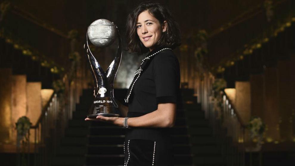 Garbiñe, con el trofeo de número 1 de la WTA