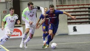 Dyego se lleva el balón ante un jugador del Gyor húngaro.