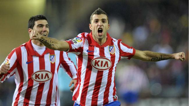 Simao celebra su gol frente al Barcelona en el Calder�n