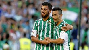 Ceballos celebra junto a Rubén Castro un gol ante el Getafe en la...