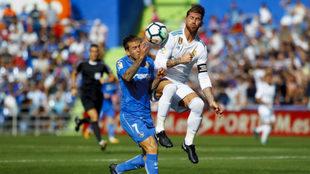 Ramos golpeó a Álvaro Jiménez en un costado.