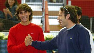 Rafa Nadal y Álex Corretja se dan la mano en el año 2003