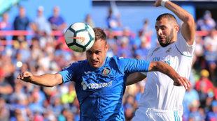 Cala defiende el balón ante Benzema.