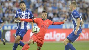 Juanmi pelea el balón ante dos defensas de la Real Sociedad