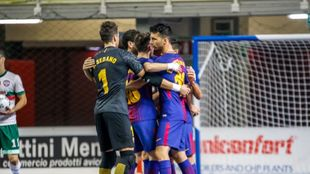 Los jugadores del Barcelona celebran la clasificación como primeros...