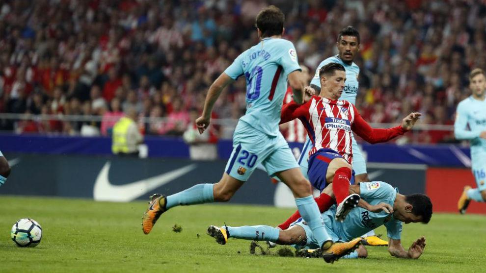 Torres pelea ante Sergi Roberto y Busquets.