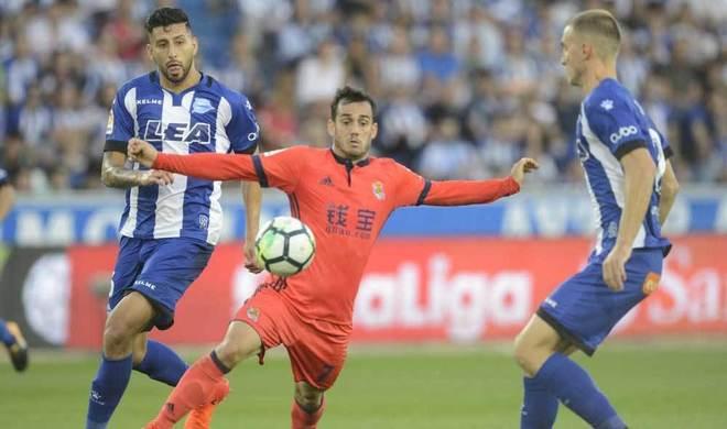 Juanmi disputa un balón con Maripán y Eli.