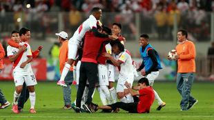 La selección peruana festejando la clasificación para la repesca