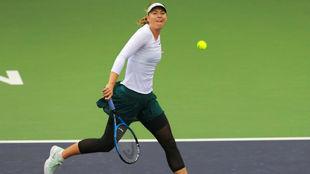 Sharapova mira a la pelota