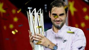 Federer, con el trofeo de campeón