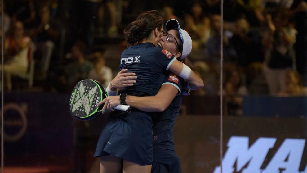 Gemma Triay y Lucía Sainz se abrazan tras ganar el torneo de Granada.