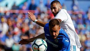 Juan Cala peleando un balón con Karim Benzema