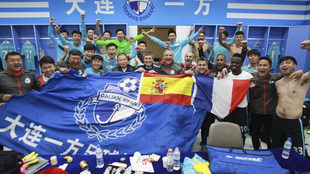 El cuerpo técnico del Dalian Yifang celebra el ascenso con una...