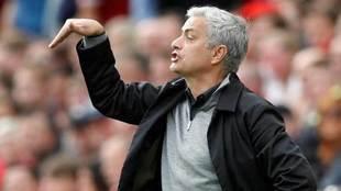 Mourinho da una indicación durante un partido del Manchester United.
