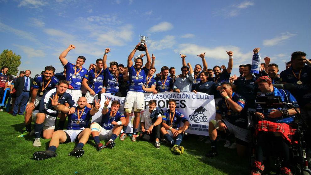 VRAC alzándose con el trofeo de campeón de la Supercopa de España.