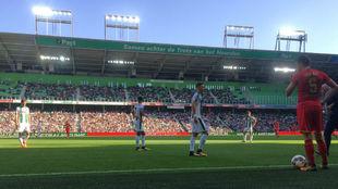 Una acción del encuentro disputado en el Estadio Euroborg.