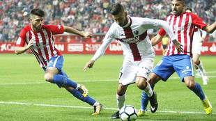 Vadillo controla el balón entre Calavera y Carmona en el...