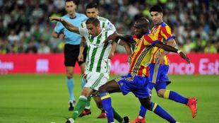 Joaquín intenta zafarse de la defensa valencianista