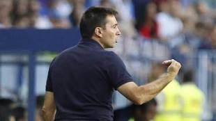 Garitano da una indicación en el partido contra el Málaga.
