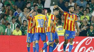 LOs jugadores del Valencia celebran el gol de Guedes ante el Betis.