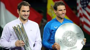 Nadal y Federer, con los trofeos conquistados en Shanghai