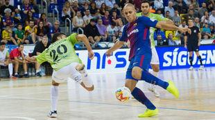 Ferrao y David Pazos disputan un balón durante el partido de Liga en...
