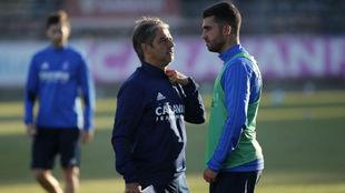 Natxo González habla con Alain Oyarzun.