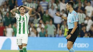 Sergio León se lamenta junto al árbitro del Betis-Valencia.