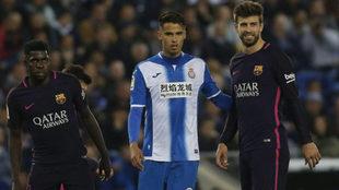 Umtiti y Piqué, junto a Diego Reyes.